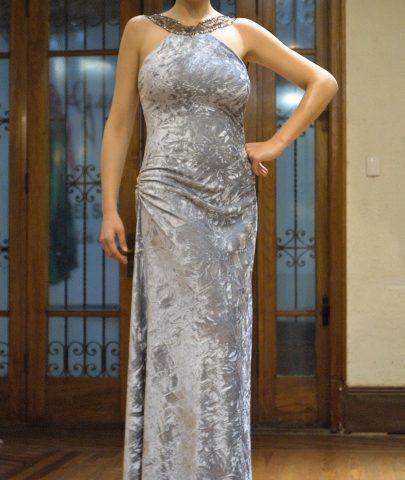 180817-15(1) PEN225 Vestido Largo en Terciopelo con cuello y espalda aplicada con Brillos drapeado en el costado y sutil toque de brillo en el drapeado